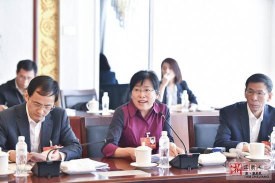 张咏梅代表发言。