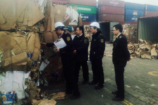 杭州海关关员对即将退运的固废废物进行核对。 杭州海关供图