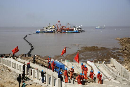 图为海缆敷设现场。 姚峰 摄
