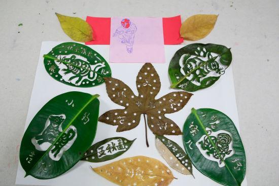 为:唐师傅利用树叶雕刻的作品。 王远 摄