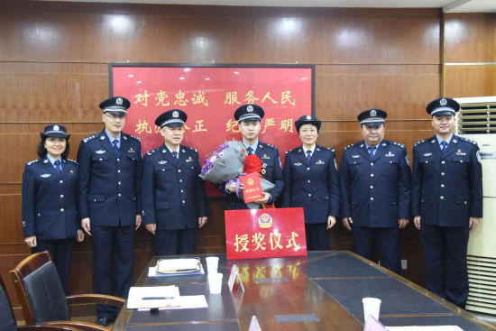 杭州一民警勇救轻生孕妇成网红 获授二等功(图)