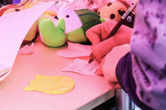 该校女生正在写心愿卡。校方提供