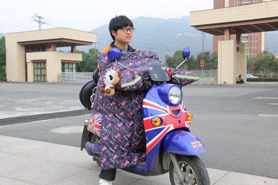裘鹏宇与他改装电池的电动车。 由校方供图