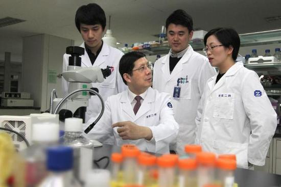 从左至右为倪骋、王建安教授、朱可扬、胡新央教授