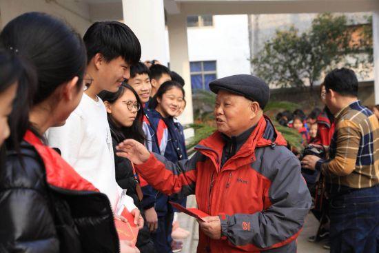 王汉清给学生们补发奖学金 受访者提供