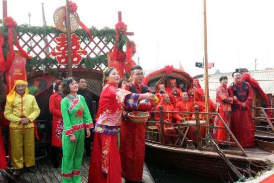 """去年底,孙浩强和妻子陈慧芬举行属于他们自己的""""第101次婚礼""""。"""