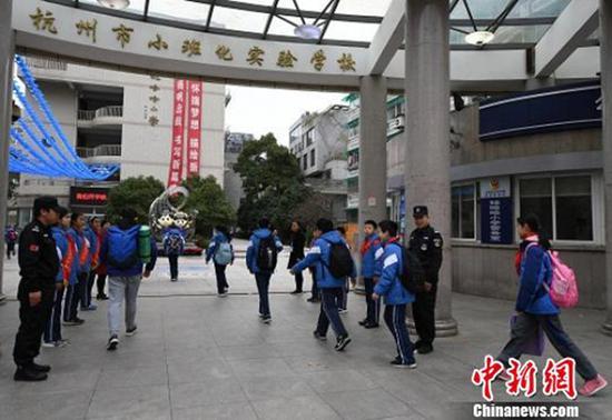 8点10分左右,学生陆续进入校门。