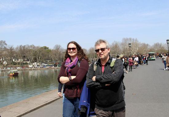 图为:外国游客正在西湖景区游览。 柱子 摄