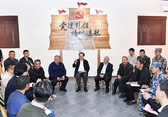 2017年11月2日,浙江省委书记车俊赴台州椒江区大陈镇党群服务中心调研,为基层干部群众宣讲党的十九大精神。