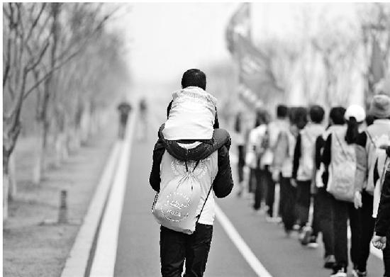 """""""拼命三郎""""带着儿子参加迎新年健步走活动。 吉亚特 摄"""