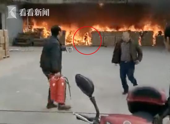 宁波1员工为手机冲火场变火人 外衣被烧光全身黢黑
