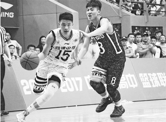 方佳晨(左)在去年的高中男子篮球联赛中
