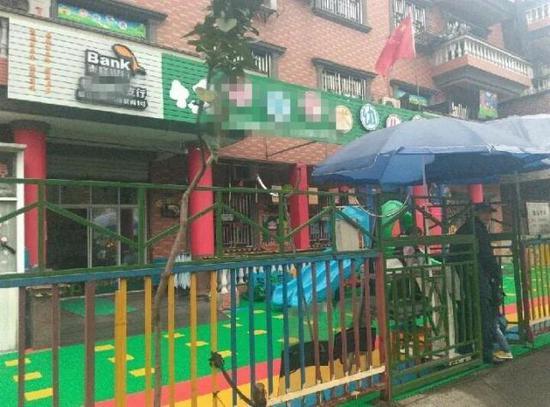 民警将小男孩送到幼儿园,并联系上孩子的幼儿园、确认了身份。