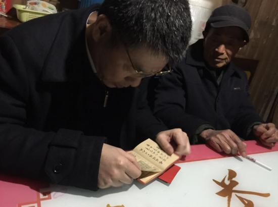 当兵出身的老杨拿出往昔的荣誉和证件,陈擎苍一一仔细拜读