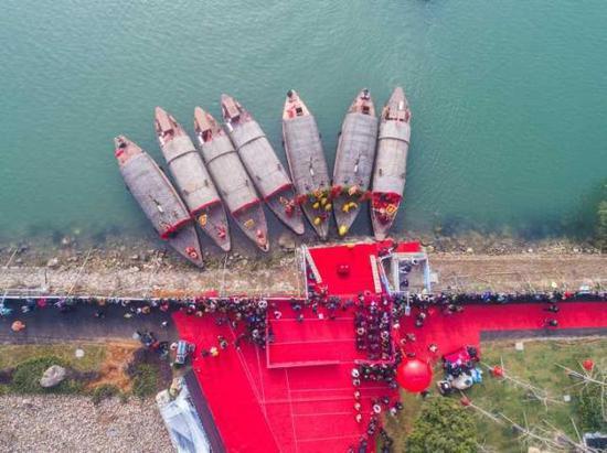 水上婚礼的流程都是在船上进行。