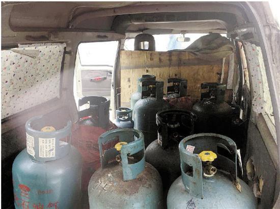 杭州下沙1空地现3辆僵尸车 里面藏着27个非法煤气瓶