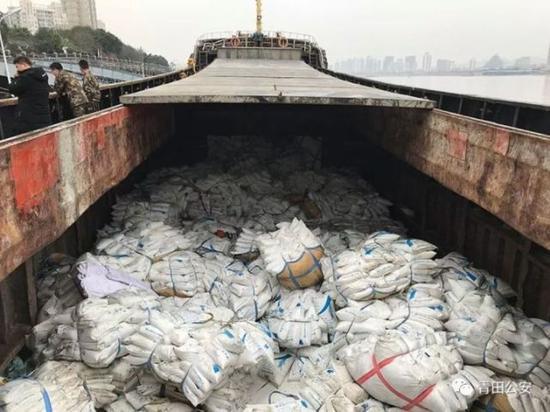 """凌晨外地的大货轮驶入水域复杂的瓯江,并在临时码头卸货,其中定有""""秘密""""。"""