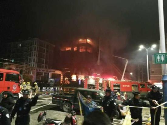 晚上10点55分,大火终于扑灭了。