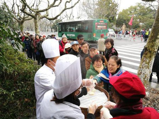 春节7天送出1500多块爱心年糕。记者 姚群 石怡锋 摄