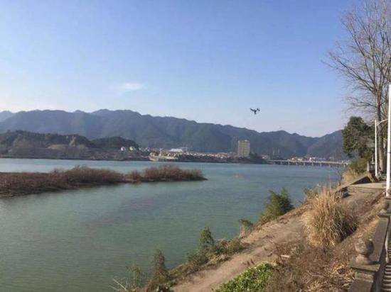 桐庐境内无人机正助力环保执法,巡查河道。