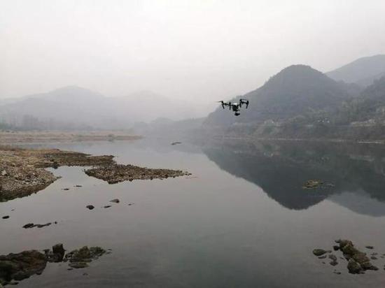 大疆无人机正在桐庐境内河道巡查。