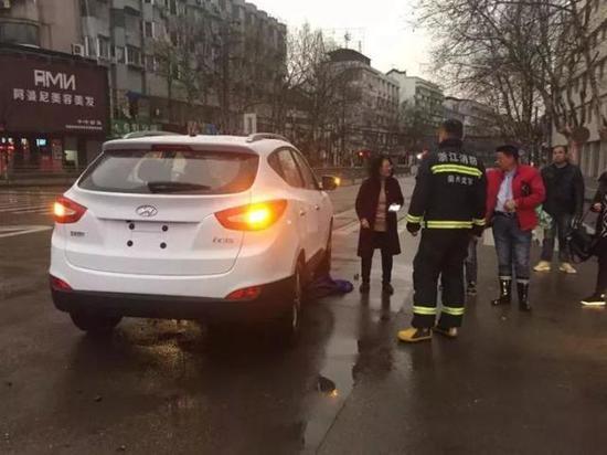 消防官兵到场现场,只见一名女子整个人被困车底,满脸是血,但意识还算清醒。