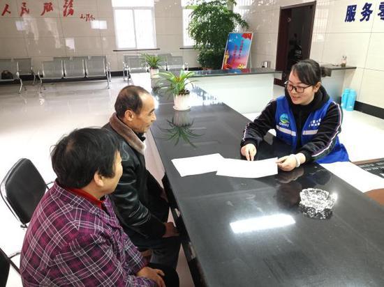 村民向值班的专职网格员咨询老年证办理事宜