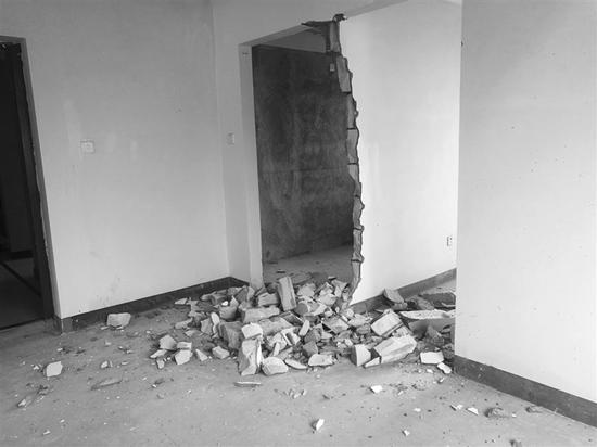 图为连先生的房屋墙壁被砸