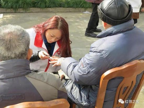 林晓亚在敬老院为老人剪指甲。(红领之家供图)
