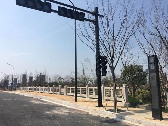 """崭新的交通设施,新设路面尚未""""划线"""",还散发着淡淡的沥青味。"""