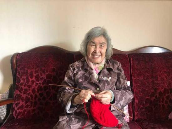 80岁的她一两天就能织出一个漂亮的帽子