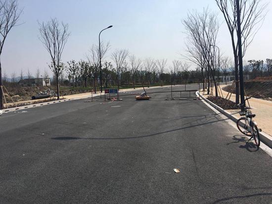 葛巷路两端路口处,均有设置障碍物,并有标示注明封路。