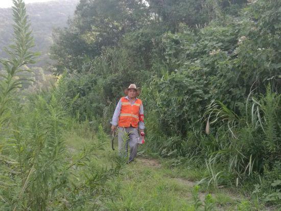 图为潘国巡山。 象山县农林局提供