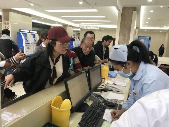 金晓珍在医院里替小刘一家忙上忙下 学校提供