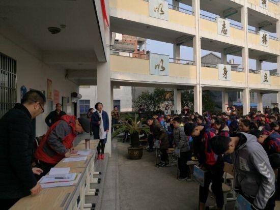 开学典礼上老人和曹宅初中的师生们互相鞠躬致意 受访者提供