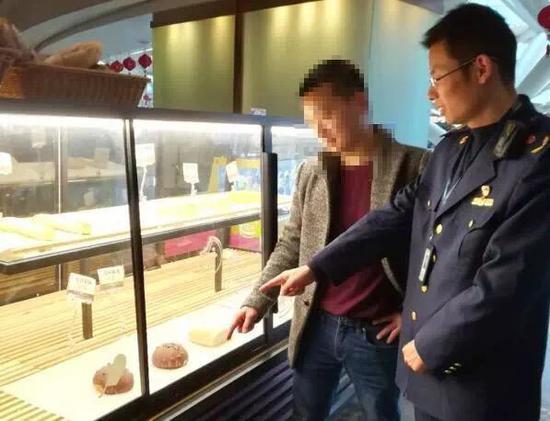 执法人员检查面包销售店铺。 拱墅区市场监管局 供图