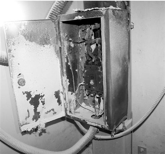 楼道电表箱起火,外壳被烧得漆黑