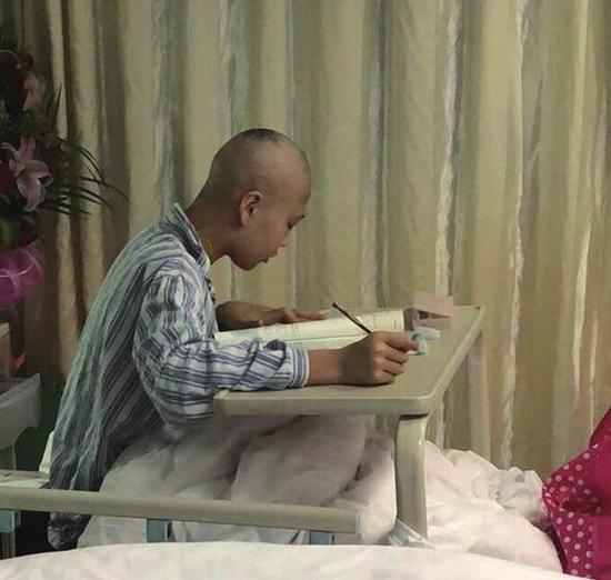 在病房里坚持学习的王晓霞 其家属供图