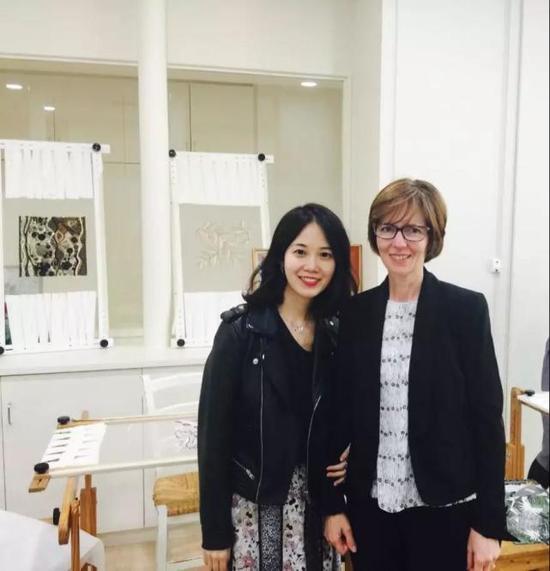 张晓星(图左)和lesage刺绣工坊的老师