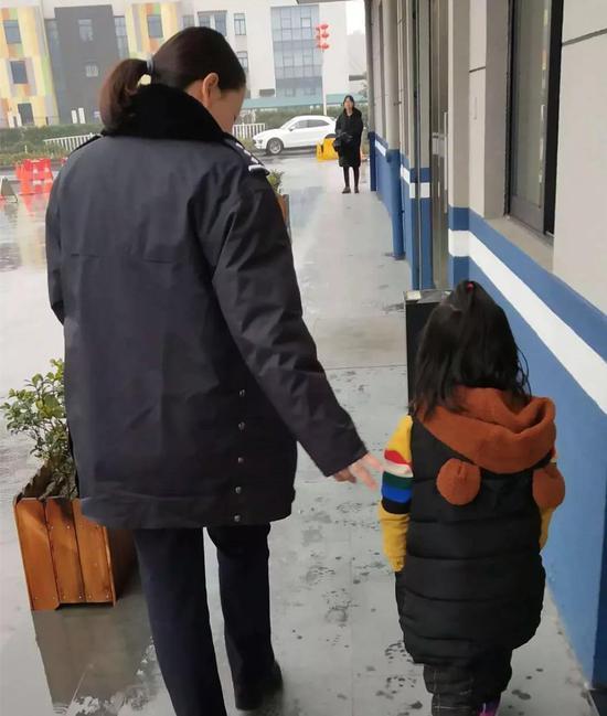 杭州街头4岁女孩雨中独自哭泣:爸爸不知道去哪儿了
