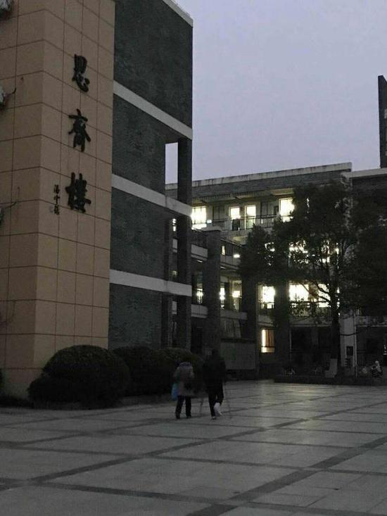 1月3日6点50分,周炎宏在妻子陪同下到学校备课。