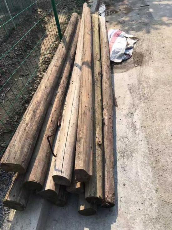 搭塑料大棚,围护栏,铺路,修篱笆,切割木材搭草棚,配土铺满整个院子……