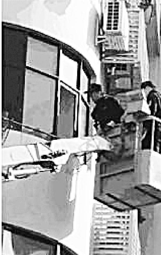 杭1男子回家发现小偷锁门报警 民警坐吊车上4楼抓贼