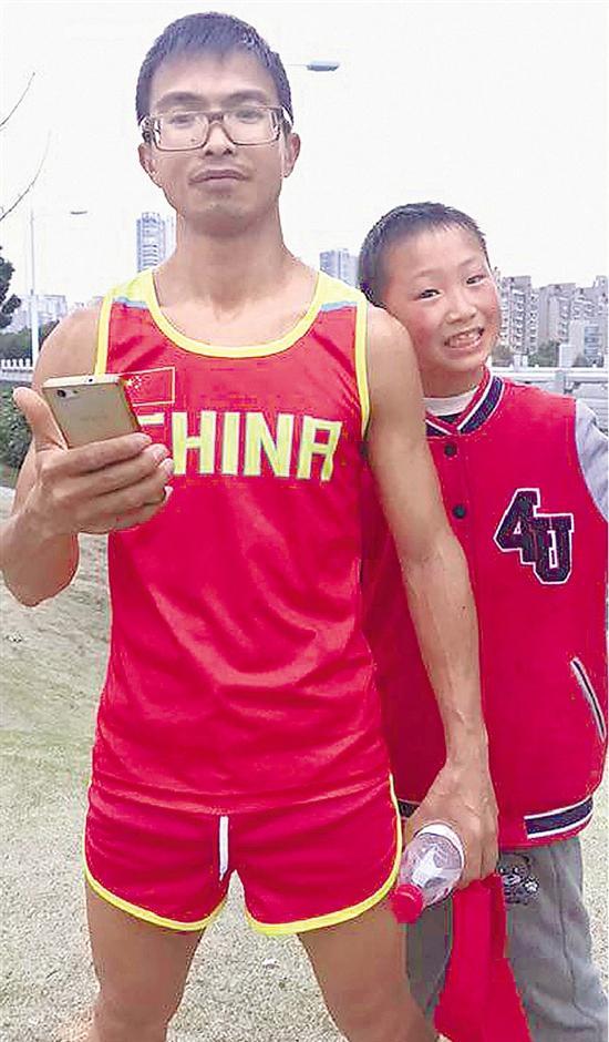 蒋春华与儿子合影