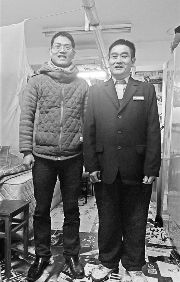 父子俩在熊大叔的车库宿舍。本文图均为钱江晚报 图
