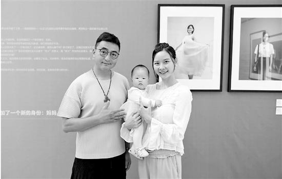 沈微微抱着不到一岁的宝宝和怀孕时的自己合影。左为肖全。