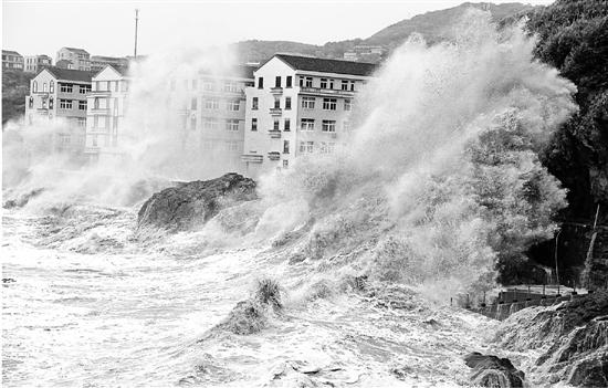 温岭市石塘镇金沙滩海域潮水拍打海岸掀起十多米高巨浪。 梁敏慧 金云国 摄