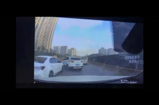 前车加塞被撞引发网友热议 杭州萧山交警判加塞车全责