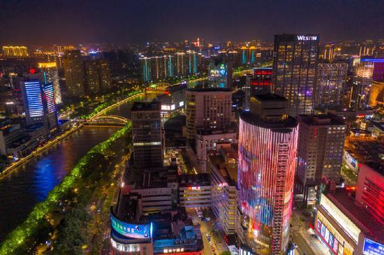 向劳动者致敬 劳动最光荣主题灯光秀在三江六岸上演