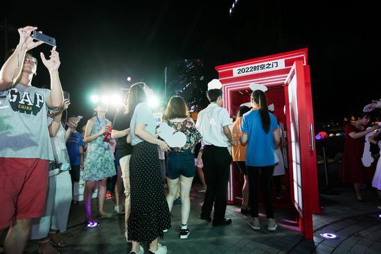 市民纷纷走进时空之门与杭州对话